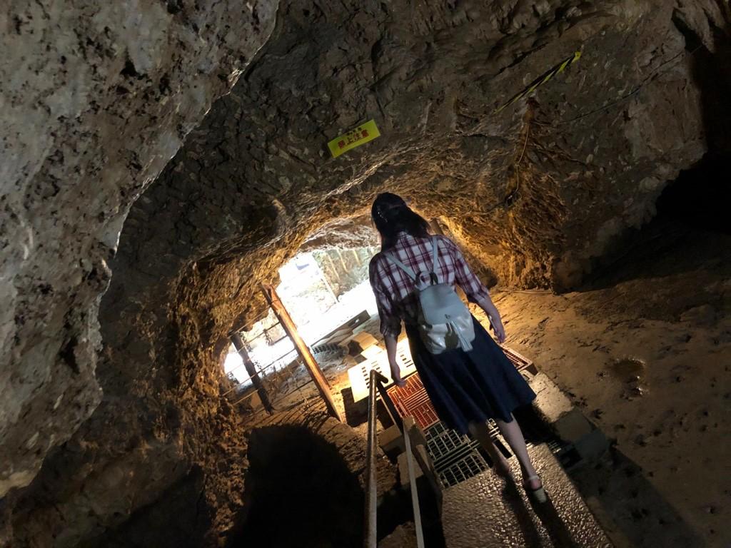サビチ鍾乳洞内を歩く人